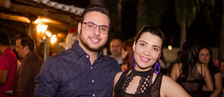 O diretor do Café Terra Nobre, Lucas Biazzotto e sua esposa, Aline Furlan, posam para foto no Coquetel de Lançamento do Arqnews.